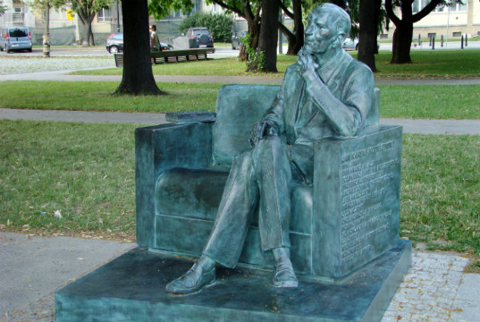 A statue honouring Karski in Warsaw, Poland. Credit: Wikipedia.