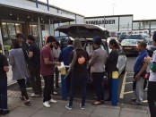 Volunteers hand out hot meals to the homeless. Credit: Jagdeep Singh Sodal